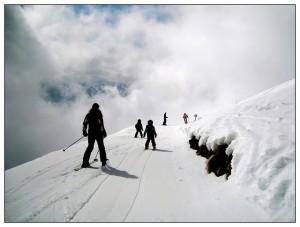 skiers-250079_640